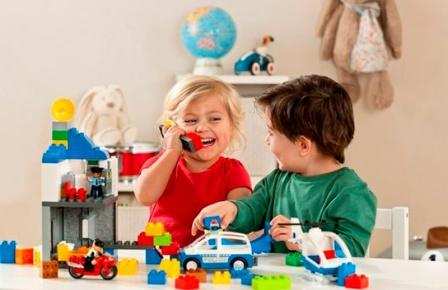 Как обрадовать детей? Купите им конструктор Лего.