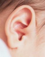Когда стоит прокалывать уши малышкам