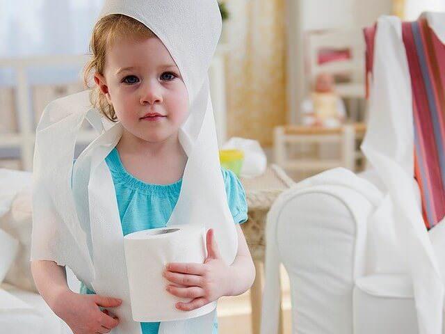 На фото грустный ребенок, который вероятно заболел.