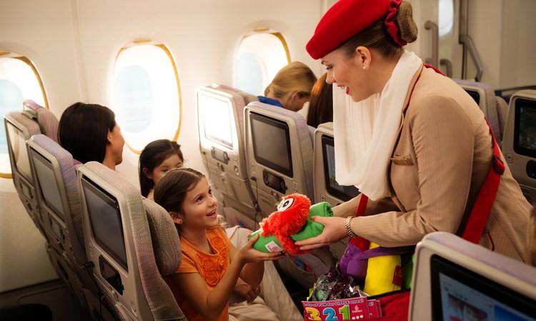 Стюардессы окажут посильную помощь пассажирам с ребенком.