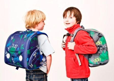 На фото школьники с рюкзаками