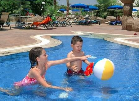 Как развлечь ребенка в бассейне
