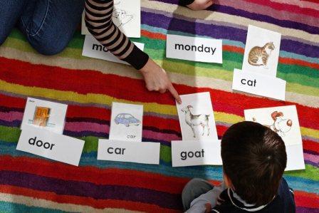 На фото показан процесс обучения ребенка английскому языку.