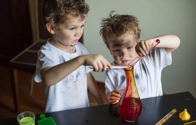Дети все хотят попробовать - это и называется любознательность.
