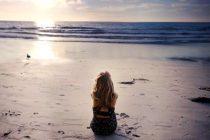 Одинокая женщина на отдыхе
