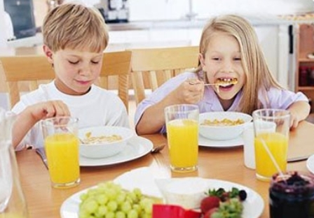 Дети ужинают