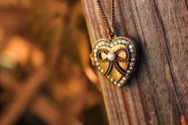 Прелесть, очарование и символичность драгоценных подвесок в форме сердца