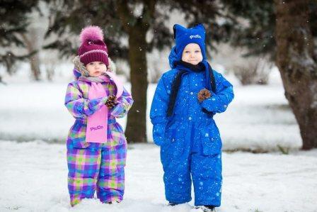 На фото дети в ярких, красивых комбинезонах.