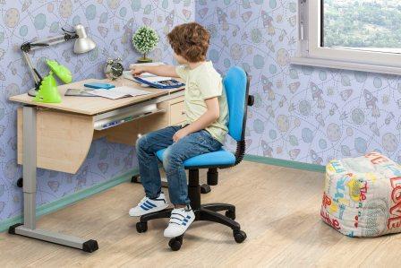 Удобный письменный стол для ребенка