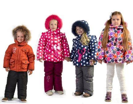 На фото дети в зимней одежде