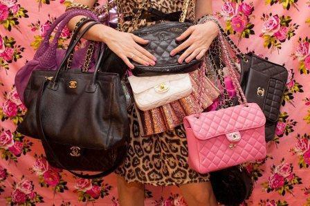 На фото женские сумки.