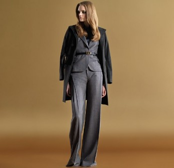 Женский костюм в гардеробе девушки