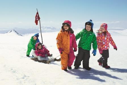 На фото дети в хорошей зимней одежде.