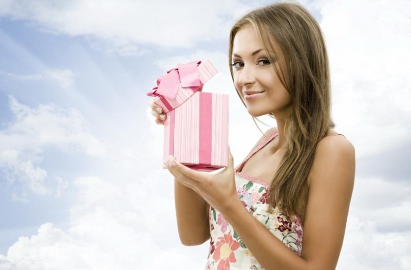 Что можно подарить знакомой женщине?