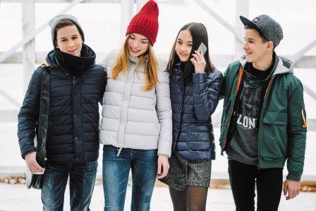 На фото подростки в модных осенних куртках