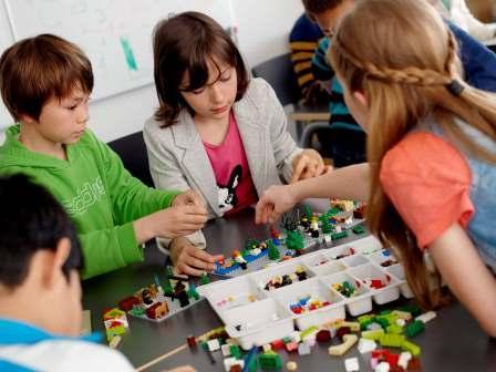 На фото дети играют в конструктор Лего