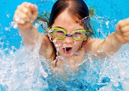Когда отдавать ребенка на плавание?