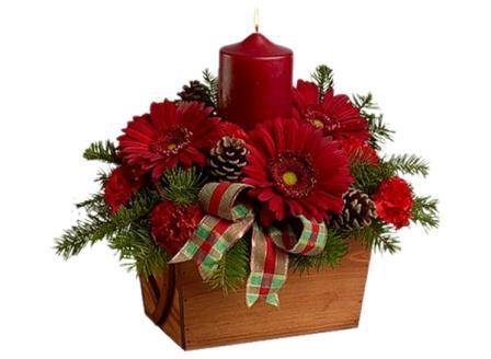 Новогодний букет из цветов бывает весьма уместен.