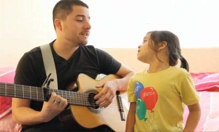 Коллективное исполнение песен - дети всегда будут рады вниманию.