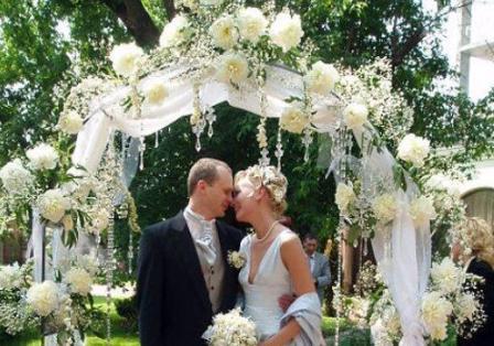 Украшаем свадебную церемонию цветами
