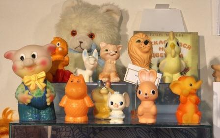 На фото старые игрушки, которые были в прошлом веке.