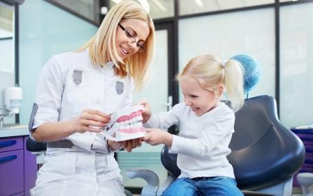 Разбираемся болят молочные зубы у детей или нет