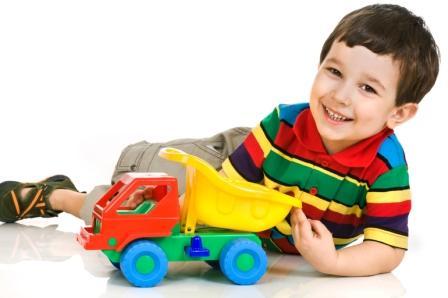 В 4 года мальчики еще играют с игрушечными машинками.