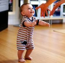 Когда ребенок начинает ходить самостоятельно?