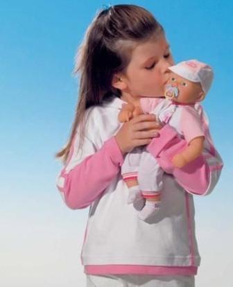 Почему девочки играют с куклами