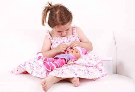 Почему девочки любят кукол?