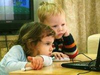 Два мальчика за компьютером