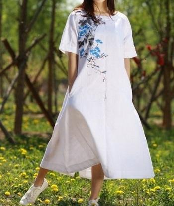 Модная одежда для беременных - яркий принт на белом