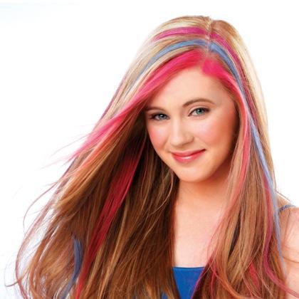 Цветные пряди в светлых волосах