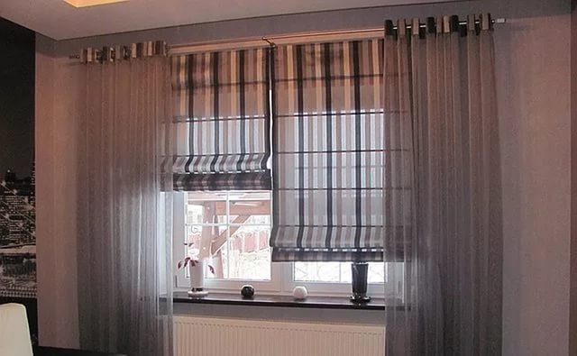 Для оформления гостиной уместно использовать римские занавески