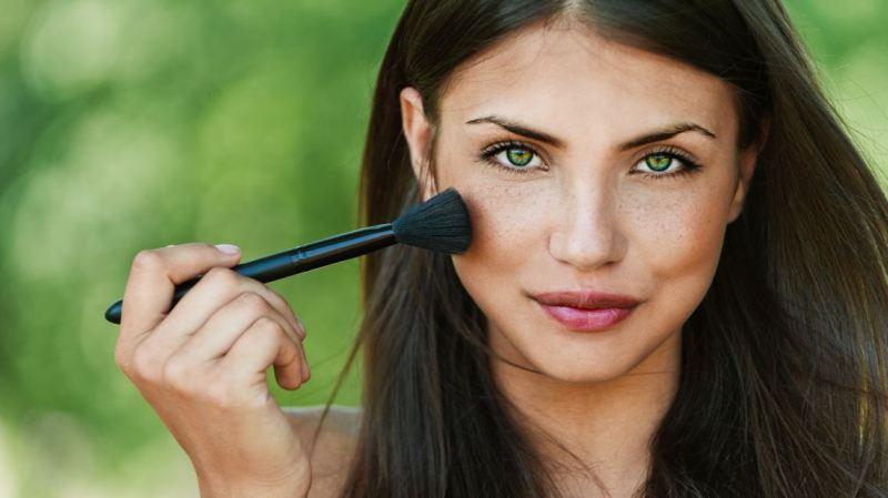 На фото лицо девушки с ненавязчивым летним макияжем