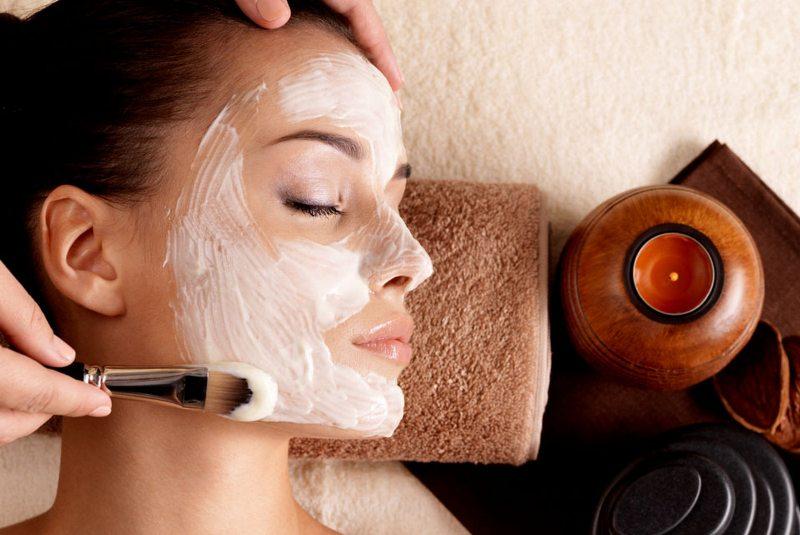 Девушка в салоне - процедуры по увлажнению кожи лица