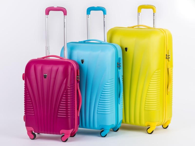 На фото яркие необычные чемоданы для путешествий.