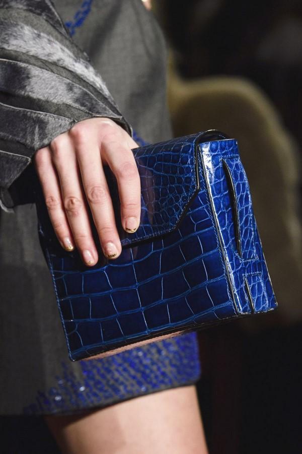На фото модная синяя сумка из крокодиловой кожи.
