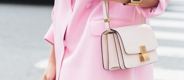 На фото небольшая розовая сумка через плечо.