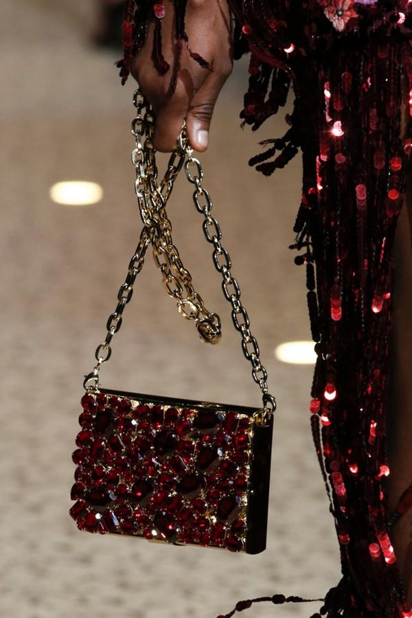 На фото модная женская сумка с цепочкой.
