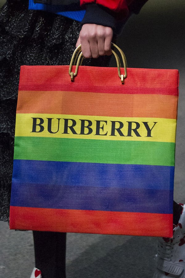 На фото модная разноцветная сумка для женщины.