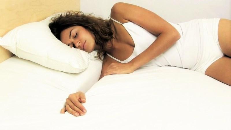 На фото женщина спит на боку - о чем это может говорить?