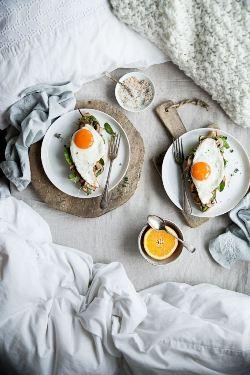 На фото показан романтический завтрак