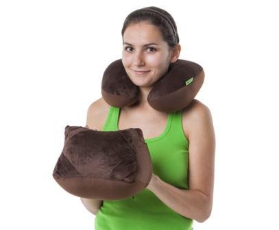 На фото девушка примеряет подушку подголовник для комфортного перелета