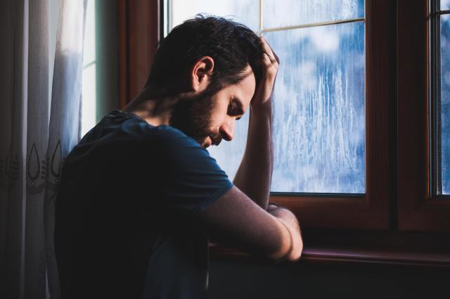 Скромный парень переживает из-за совей стеснительности