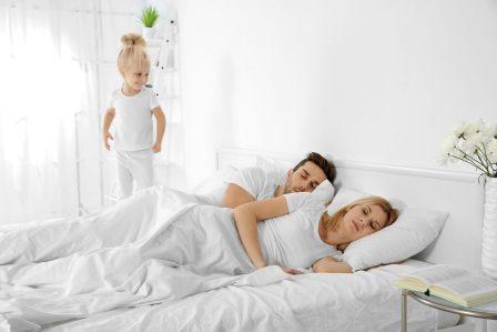 7 способов, как родителям спать дольше по утрам