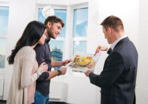 Риелтор показывает квартиру покупателям